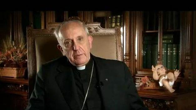 Bergoglio mentre pronuncia il messaggio natalizio del 2012