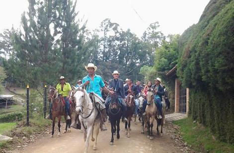 Fidel León Cadavid Marín a cavallo con i parrocchiani
