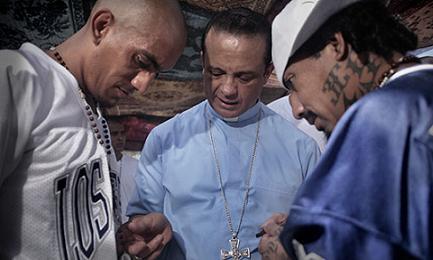 """Il vescovo Fabio Colindres """"spiega"""" il Rosario a due membri delle maras"""