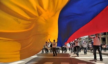 """COLOMBIA. """"CON I PIEDI IN TERRA"""". E' lo slogan della manifestazione per la pace che venerdì riempirà le strade di Bogotá"""