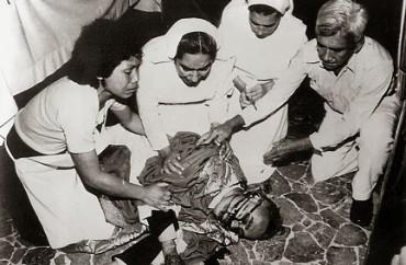 AFFERRATI A UN LEMBO DELLA CAMICIA DI ROMERO. Piccoli e grandi miracoli ancora sconosciuti del vescovo di El Salvador prossimo agli altari