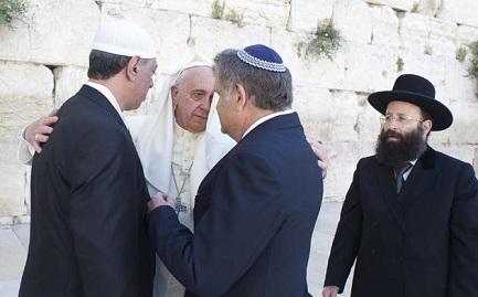 SI PUO'. Il rabbino argentino Skorka rivela i colloqui e la corrispondenza mail intercorsa con il Papa dopo il conflitto tra israeliani e palestinesi. E non esclude future iniziative