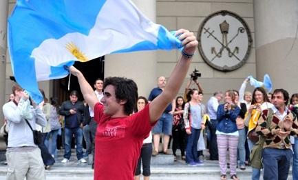 """""""NON CREDO IN DIO MA SONO CATTOLICO"""". In Argentina aumenta il numero di chi non crede (4%), ma anche quello di chi si professa cattolico (13%)"""