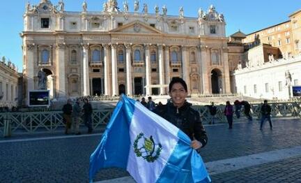 """""""AL VATICANO X GUATE"""". Consegnati al Papa 500 mila inviti per visitare il Guatemala. L'iniziativa è partita da un diciassettenne, che ha postato la risposta sulla sua pagina FB"""