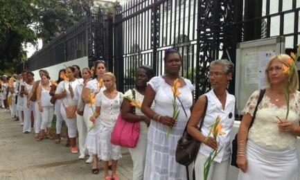 GLADIOLI E MATITE SPEZZATE. Anche i cubani si associano al lutto dei francesi. Le Dame in Bianco in prima fila