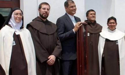 IL PRESIDENTE DELL'ECUADOR E IL BASTONE DI SANTA TERESA. Le reliquie dei santi percorrono l'America Latina, quella di don Bosco per i 200 anni dalla nascita, quella della Santa d'Avila per i 500