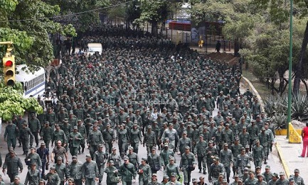 GIOCHI DI GUERRA IN VENEZUELA. Manovre militari contro la minaccia Usa. Mentre l'America Latina fa scudo al paese bolivariano e la Chiesa dichiara inaccettabili le minacce di Obama