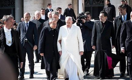 Sottobraccio. Il Papa e Carron