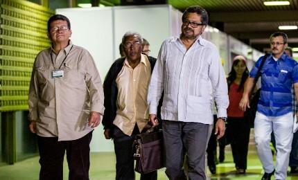 I CAPI DELLE FARC DIETRO LE SBARRE. Lo chiede la maggioranza dei colombiani, che secondo una inchiesta vedono con favore gli accordi di pace ma anche pene detentive per i responsabili di crimini