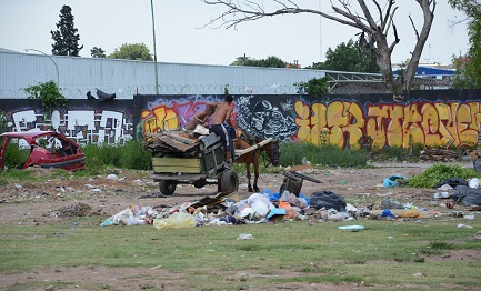 Riciclando immondizia. Foto Maria Argenti