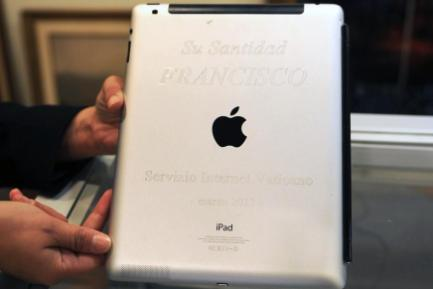 AGGIUDICATO! L'iPad di papa Francesco venduto per ristrutturare un liceo in Uruguay