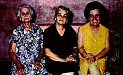 Esther Balestrino (vestito giallo) con due amiche