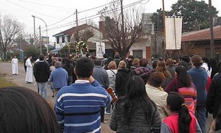 PROCESSIONE CONTRO LA DROGA. L'ha organizzata un prete argentino della periferia di Buenos Aires. Prese di mira la case degli spacciatori