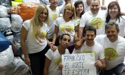 """José Ignacio Bergoglio mostra un cartello con la scritta: """"Francesco, il nord ti aspetta"""""""