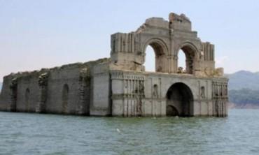 CHIESA RIAFFIORA DALLE ACQUE. Era stata sommersa dalle acque di una diga, ma la siccità la sta riportando a galla. Succede in Messico, nello stato del Chiapas