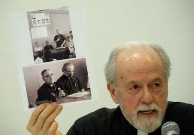 Il Rev. William Wipfler mostra la foto del suo ultimo incontro con monsignor Romero il 23 marzo 1980, vigilia dell'assassinio