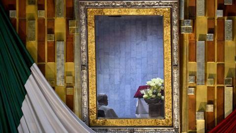 Il Pontefice in preghiera silenziosa davanti all'immagine di Nostra Signora di Guadalupe-AFP