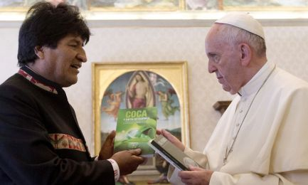 LA TERZA VIA DI EVO MORALES NELLE MANI DEL PAPA. Tra doni alla coca e busti di lottatori indigeni il presidente boliviano si accredita come leader dei Movimenti Popolari