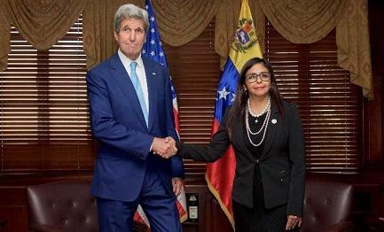 CONGETTURE (E SPERANZE) DIETRO AD UNA FOTO. Cosa può significare la stretta di mano tra il Segretario di Stato americano Kerry e il Ministro degli esteri del Venezuela?