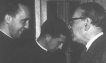 BORGES A TRENT'ANNI DALLA MORTE. Quando Bergoglio lo invitò a parlare agli studenti. Lo andò a prendere in albergo e arrivò in ritardo. La ragione: lo aiutò a farsi la barba