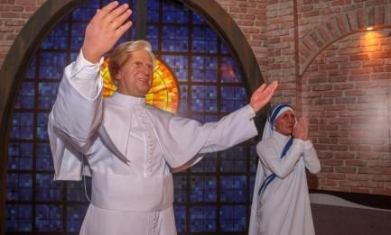 ANCHE MADRE TERESA TRA LE STATUE DI APARECIDA. La neo-Santa fa il suo ingresso nel museo del santuario brasiliano con quella di Benedetto XVI