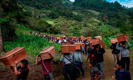 FUNERALI DOPO 33 ANNI. Identificate e sepolte cinquanta vittime di un massacro compiuto dall'esercito del Guatemala nel 1982