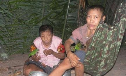 MEGLIO LA FORESTA CHE I TAGLIALEGNA. Due sorelle della tribù Awá dell'Amazzonia brasiliana ritornano nei luoghi nativi dopo un periodo di contatto con i bianchi