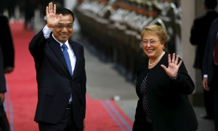 Il premier cinese Li Keqiang e la presidente cilena Michelle Bachelet nel palazzo della Moneda a Santiago