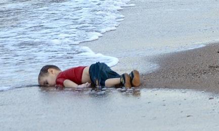 L'immagine più emblematica della violenza: il corpo di Aylan Kurdi di tre anni sulla spiaggia di Bodrum, in Turchia, morto scappando dalla guerra
