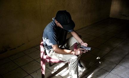 """Un membro di """"Revolucionarios de Barrio 18"""", la fazione rivale di """"Mara Salvatrucha-13"""""""