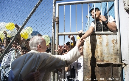 10 luglio 2015, il Papa arriva all'ingresso del carcere boliviano di Palmasola con i suoi 5 mila detenuti (Foto Osservatore Romano)