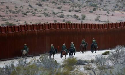 Agenti della Pattuglia di frontiera a cavallo al confine nella zona di Jacumba, in California (Reuters)