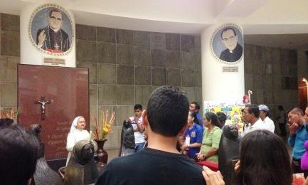 La cripta di Romero. In alto, sulla colonna di destra, il ritratto di Rivera y Damas