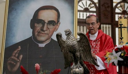 Gragorio Rosa Chávez sulla tomba di Romero