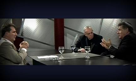 """Bergoglio, il rabbino Skorka e Marcelo Figueroa durante il programma di Canal 21 """"Biblia dialogo vigente"""""""