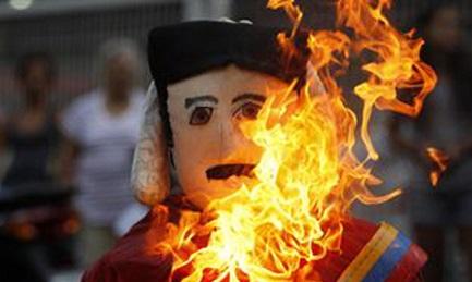 DOPO GIUDA È MADURO IL PIÚ BRUCIATO. Come vuole una antica tradizione spagnola anche in Venezuela il traditore di Cristo viene dato alle fiamme. Con alcune varianti…