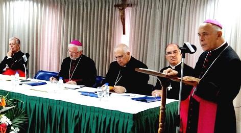 Il presidente Diego Padrón al microfono, con la presidenza della Conferenza episcopale