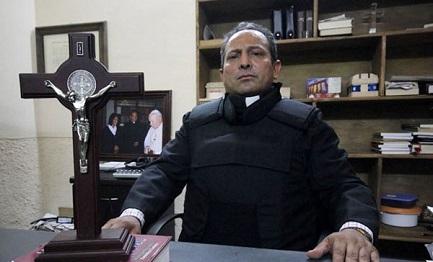 Don Gregorio López Gerónimo con il giubbotto antiproiettile in una fotografia del 2014