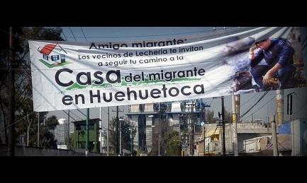 Lo striscione che attraversa la strada segnala al migrante la casa più vicina