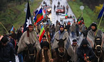 Una manifestazione di Araucani, come sono designati gli indigeni Mapuche