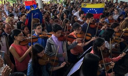 Elementi di una orchestra sinfonica del Venezuela rendono omaggio ad un giovane ucciso nelle manifestazioni