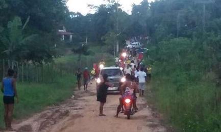 Immagine scattata con il cellulare agli allevatori sul punto di attaccare i Gamela. Un'auto della polizia li accompagna (Foto CIMI)
