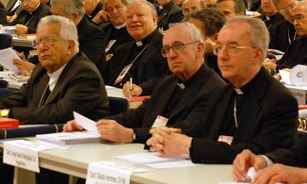 Bergoglio ad Aparecida (di fianco il cardinale brasiliano Hummes), nel maggio del 2007. Toccò a lui presiedere il team que redasse il documento finale