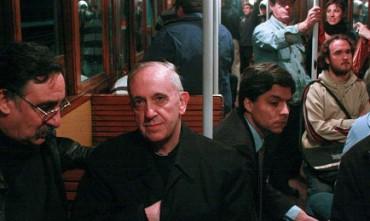CARROZZA N. 33, ULTIMA FERMATA SAN PIETRO. La celebre fotografia di Bergoglio in metropolitana e le ricerche di un lavoratore per identificare il vagone