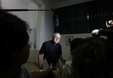 CUBA. LA BELLA STORIA DEL PRETE CHE LAVORAVA IN FONDERIA. Operaio di giorno, parroco la sera dopo la giornata di lavoro. Oggi è segretario esecutivo dei vescovi