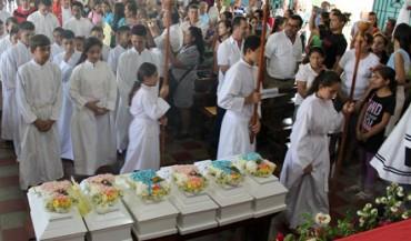 SEI PICCOLE BARE BIANCHE. Dentro i resti di sei bambini vittime di un massacro dell'esercito di El Salvador che adesso sono stati identificati e sepolti