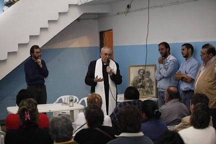 L'allora cardinale Bergoglio durante un incontro a Bajo Flores, dove si sono stabilite le Missionarie della Carità