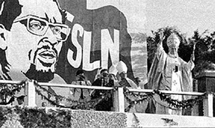 Una immagine famosa, quella di Giovanni Paolo II mentre celebra la messa con scenario sandinista nel corso del suo primo viaggio in Nicaragua nel marzo del 1983.