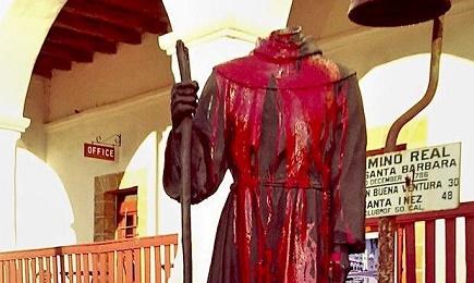 La statua oltraggiata nella Missione Santa Barbara, in California (Foto: Getty Images/Twitter/Univision)