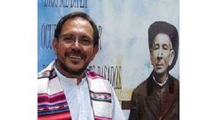 """Il sacerdote Jorge Cloro con alle spalle la classica immagine di Brochero, meglio conosciuto come """"Cura Gaucho"""""""